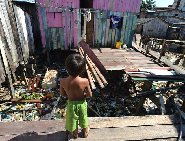 Em 2014, Brasil possuía 95% dos domicílios com acesso a água, e somente 56% deles com coleta de esgoto - Créditos: Marcello Casal/Arquivo/Agência Brasil