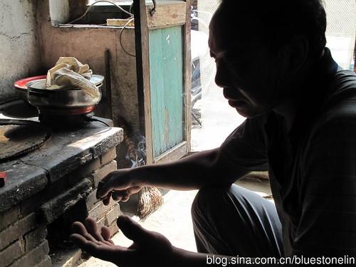 馮軍煙不離手,他說這沒什麼,香煙彷彿成為這個鋼鐵父親最沉默的朋友。