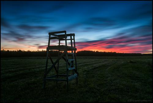 älgtorn jakttorn huntingstand huntingtower field åker linda gräs grass clouds moln red rött lonexposure nd400 långexponering eventing kväll sunset solnedgång sky himmel dark mörkt
