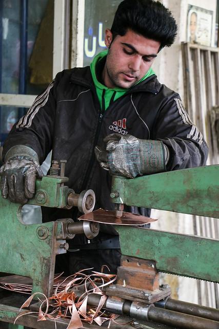 Making copper work, Isfahan イスファハン職人街、銅の加工をする男性