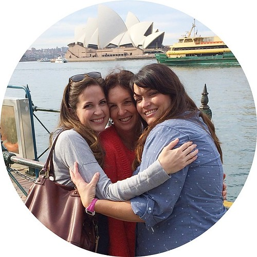 Love these girls! ❤️❤️❤️ (@holly_inez @dimill and a Sydney Opera House photobomb) #quiltabout