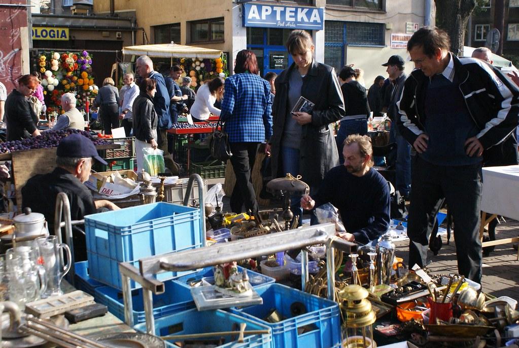 Dans le bazar du marché aux puces de Cracovie.
