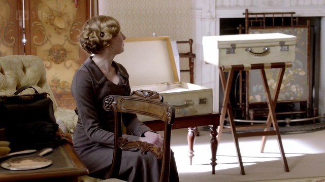 DowntonAbbeyS02E01_Sybilpacking_whitesuitcase