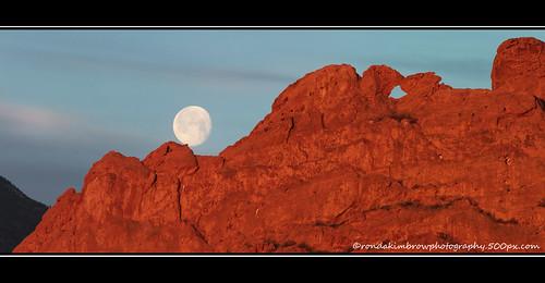 morning moon sunrise colorado rocks gardenofthegods coloradosprings geology kissingcamels coloradoimages