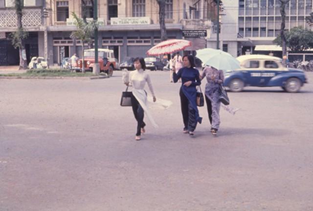 Saigon 1967 - Áo dài trên đường Nguyễn Huệ