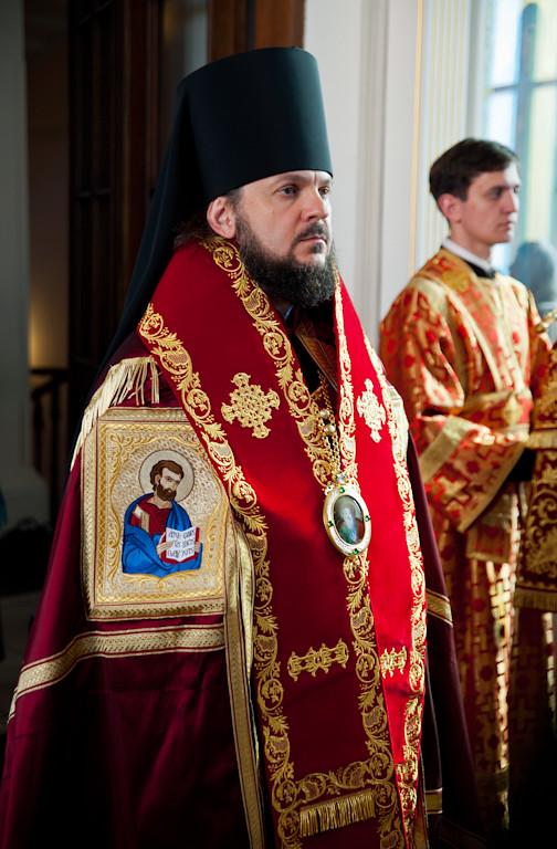 Литию возглавляет епископ Гатчинский Амвросий