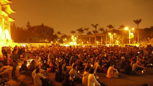 自由廣場前聚集了響應林義雄反核行動的民眾。攝影:賴品瑀