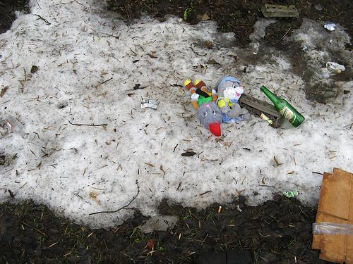 """13.04.2012 09.31 """"Мы выживем и нас найдут!"""" Оттаяло, да. Бутылки соберут бомжи, игрушек подберут дети, мусор сгребут дворники."""