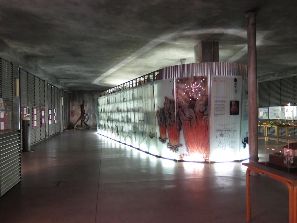 Lungo le pareti esterne una serie di pannelli raccontano la storia ...
