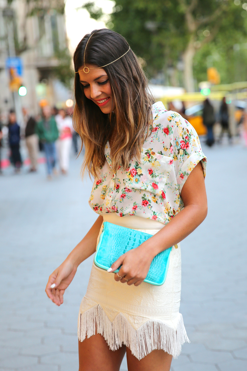 trendy_taste-look-outfit-hotel_majestic-street_style-ootd-blog-blogger-fashion_spain-moda_españa-falda_flecos-fringes_skirt-mas34-mango-blusa_flores-primaver_verano-zapatos_naranjas-tocado_dorado-5