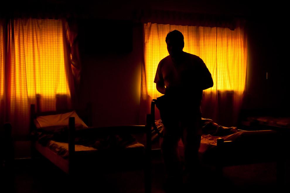 Bien temprano al amanecer, algunos bomberos se retiran silenciosamente del dormitorio, preparan sus cosas y se retiran del cuartel para retornar a sus vidas privadas. Los bomberos tienen otras responsabilidades en su trabajo u hogar, algunos vuelven a sus quehaceres sin haber dormido en toda la noche cuando les tocó pasar una madrugada de muchos servicios, muchos accidentes o incendios. (Elton Núñez)
