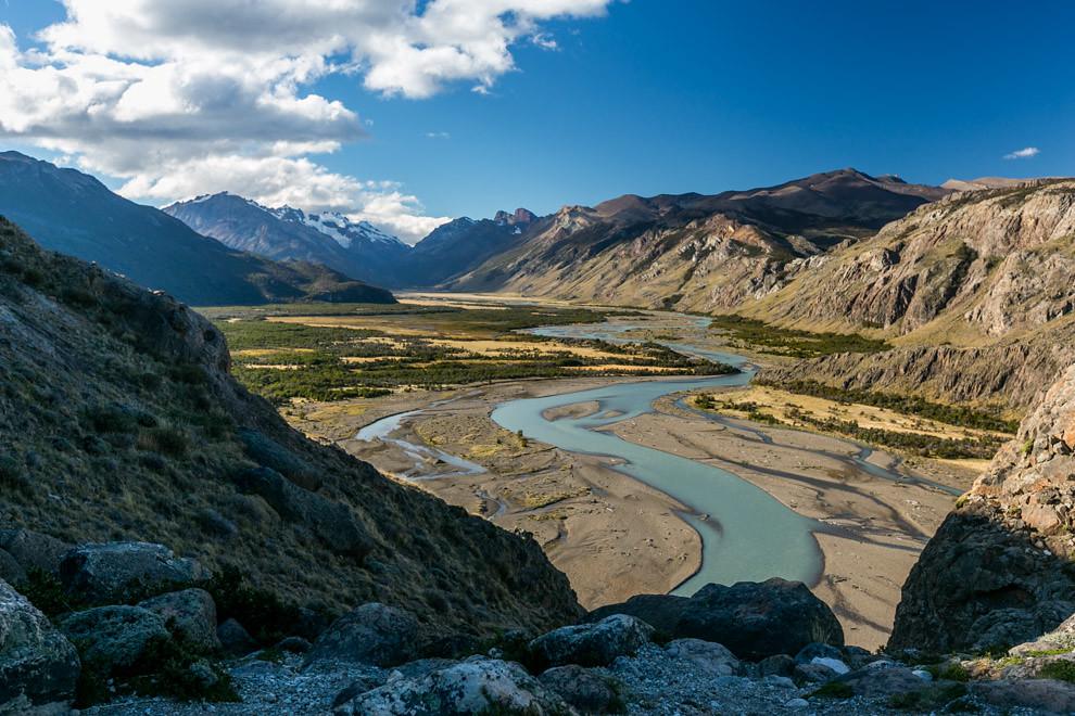 El Río de las Vueltas debe su nombre a los profundos meandros que se forman en gran parte de su curso, siendo el pequeño pueblo de El Chaltén, el único por donde pasa antes de llegar al mar. (Tetsu Espósito).
