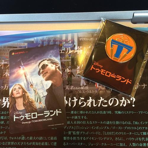 ピンはなかなかの品質。そして確かに日本版ペーパーには「天才たちの結社 プルス・ウルトラ」の文字が。 #tw