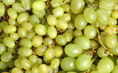 100923.jjart.art.photo.grapes.yellow.fruit.macro.b…