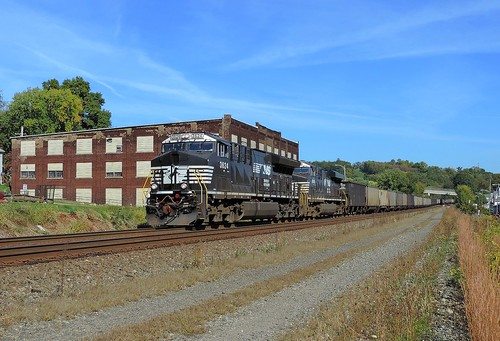 ns norfolksouthern westmorelandcounty pennsylvania train railroad engine locomotive diesel transportation widecab pittsburghline ge gevo generalelectric 3624 8006 et44ac 595 penn