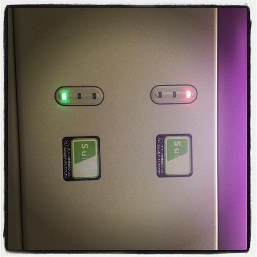 新宿湘南ライン、座席の天井。PASMOタッチで座席確保。検札もスルー、これは便利。この辺が最新よな。