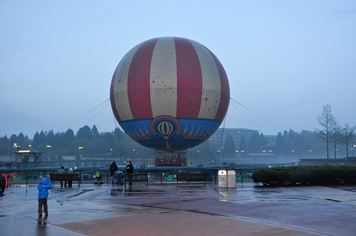 Globo junto al Lago de Disney Village