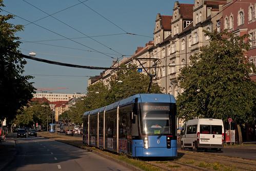 Wagen 2302 auf baustellenbedingter Umleitung durch die Einsteinstraße, im Hintergrund Wagen 2319