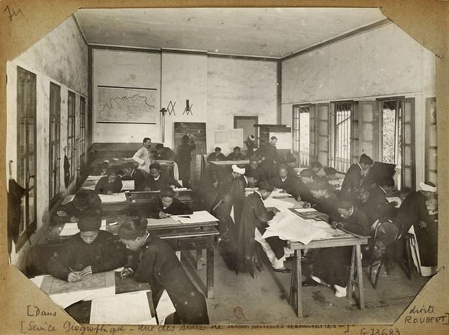 Hanoi (1896-1900) - Service Géographique – Une des salles de dessinateurs annamites. Sở Địa dư - Một trong các phòng vẽ của họa viên người An Nam