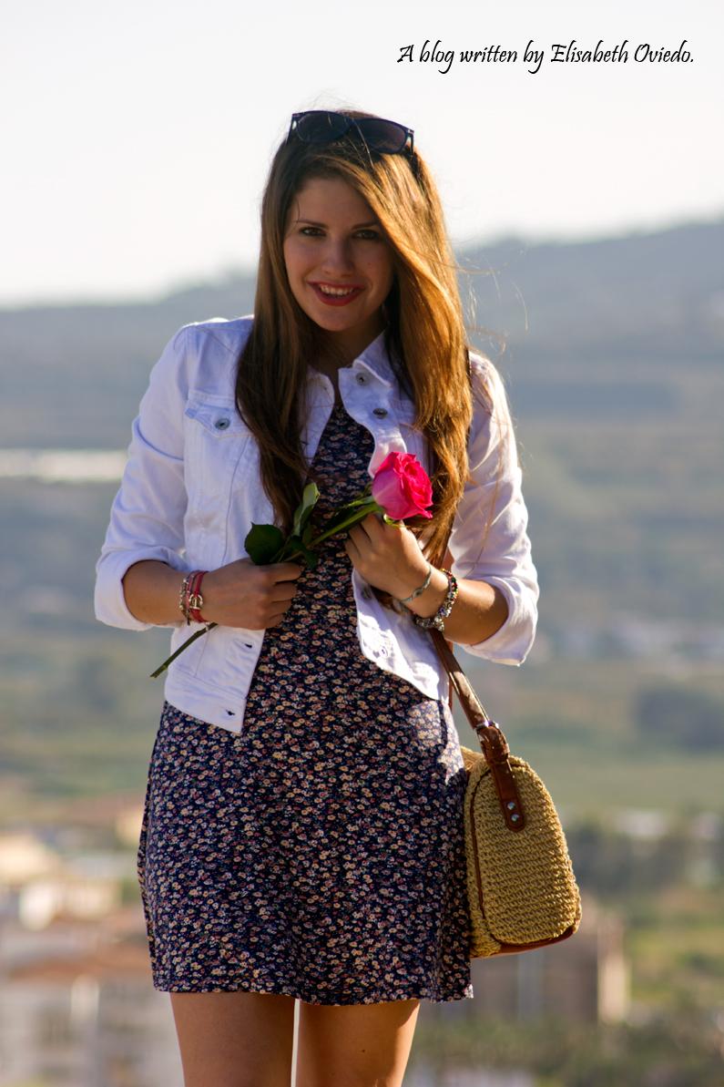 vestido floral y chaqueta denim blanca HEELSANDROSES stradivarius (14)