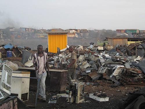 位於加納阿克拉市的阿博布羅西作為工業國家合法或非法出口並傾倒電子垃圾的目標地區而出名,圖為一些加納人在此地工作。攝影:Marlenenapoli;圖片來源:維基百科