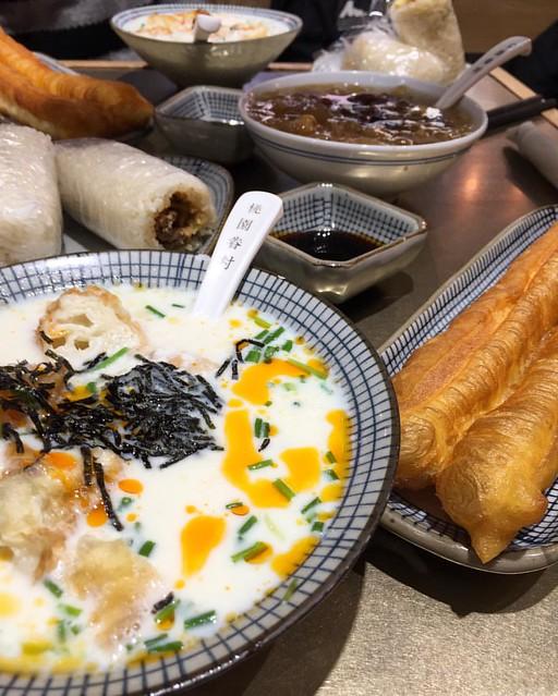 Yuuuuummmmmy #chinesebreakfast #soymilk #chinesechurro #riceball #桃园眷村