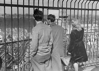 To amerikanske flyvere, James Valley og Mansfield Hooper, på sightseeing på Rundetårn, mens de venter på at komme til Sverige med en af de illegale ruter. De hørte til besætningen på en flyvende fæstning, som var nødlandet ved Ryde på Lolland