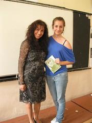 a Anife regalando el poemario Esperanza traducido en ingles