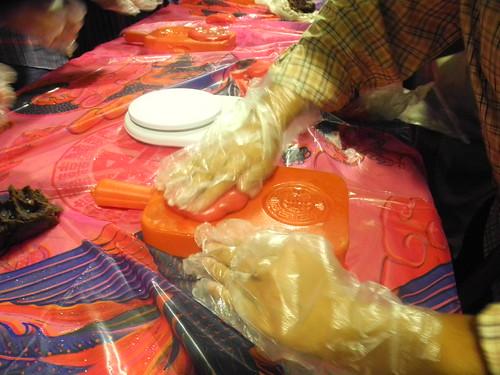 伊利莎白試做台灣傳統美食紅龜粿