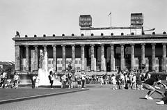 Photographieren im Lustgarten Berlin im Sommer