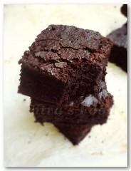 chocolate cake, torta caprese, baked goods, flourless chocolate cake, food, chocolate brownie, dessert, snack food,