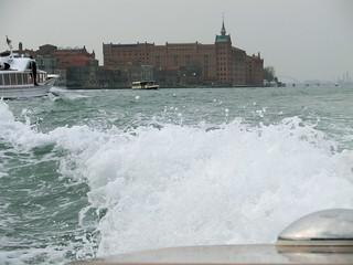 Venedig hebt sich im Hintergrunde mit jeder einströmenden großen Welle ein Stück mehr 5222