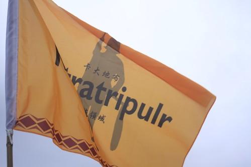 卡大地布的戰旗,飄揚在自己的土地上,他的意義不只有宣示,還代表部落的哀愁。攝影:陳盈儒