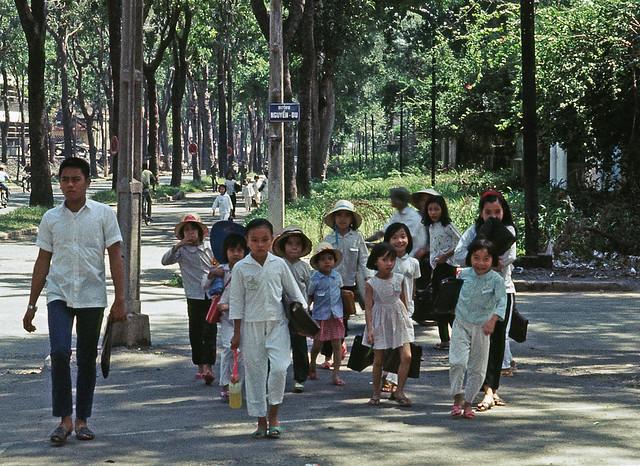 Saigon Nov 1968 - Nguyen Du, school children - by Brian Wickham