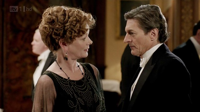 DowntonAbbeyS02E09_Rosamund_blackdotted