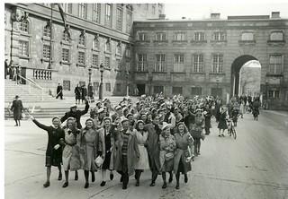 Jublende studenter ved Christiansborg i København d. 5. maj 1945