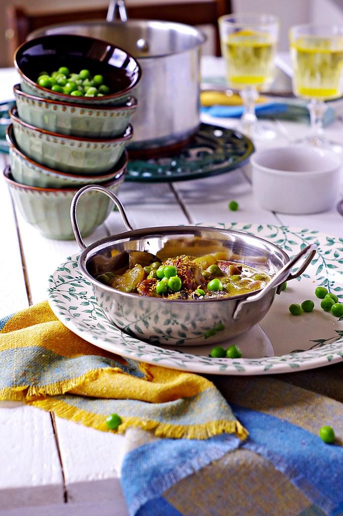 curry z chorizo, ziemniakami i  groszkiem