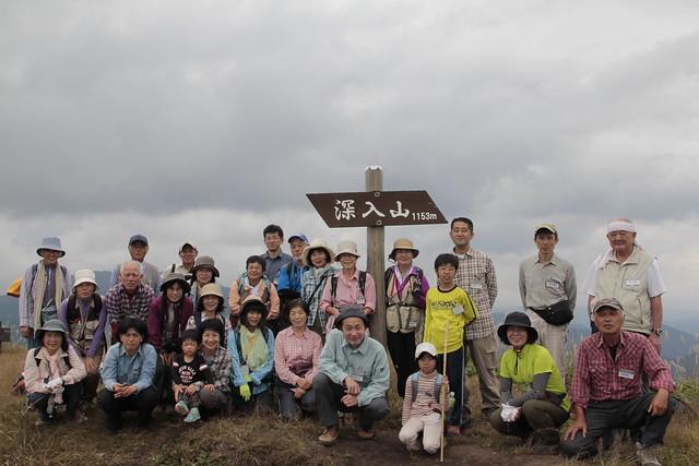 登頂記念にはいチーズ!芸北の山並みも見える気持ちのよい頂上で.