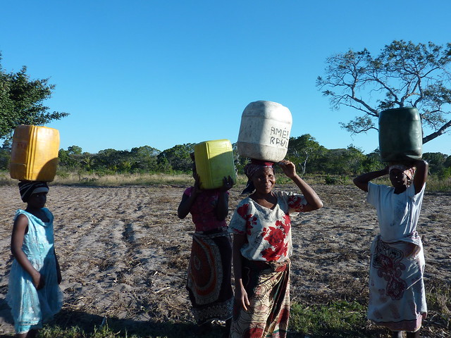 Manhica Epicenter women water carrying