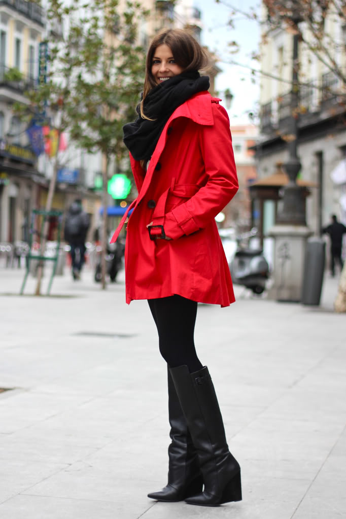 street_style-look-outfit-leather_skirt-high_boots-polka_dot-sweater-black_and_white-trench-red-lunares-falda_cuero-botas-gabardina-trendy_ta_zps7d97901c