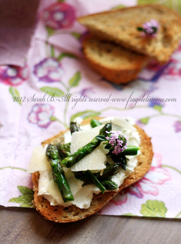 bruschetta con robiola al limone, asparagi e parmigiano