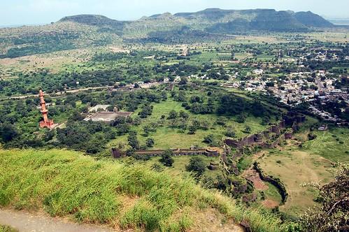 Der Blick reicht über die gewaltige Basion zur Stadt Daulatabad