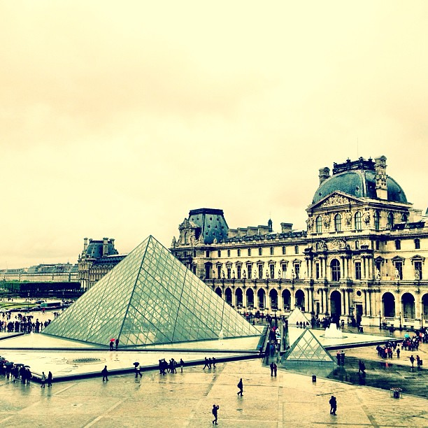 the perfect place to spend a rainy #paris day w/ @annakristina28 #louvre #monalisa #davinci #michelangelo #impei #magnifique