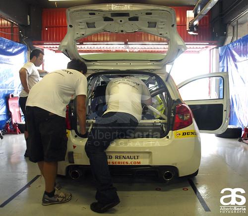 El equipo de mecanicos del Solà Sport realiza los ultimos ajustes