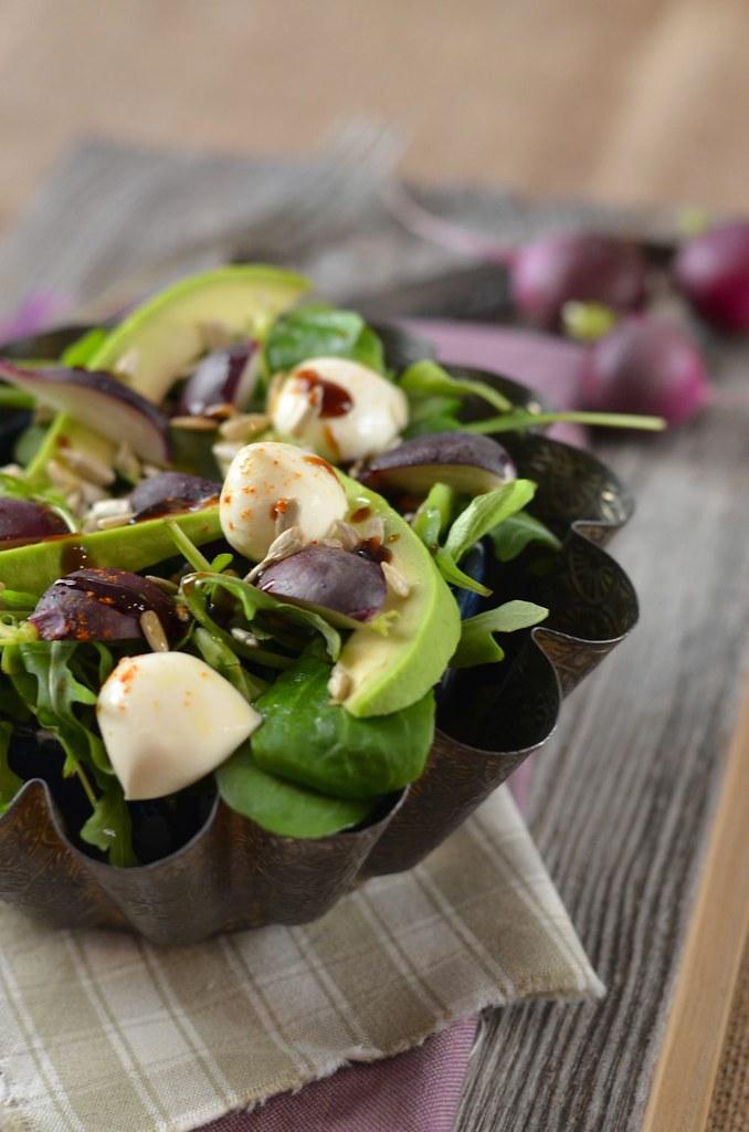 Salade d'avocat, roquette, radis et mozzarella