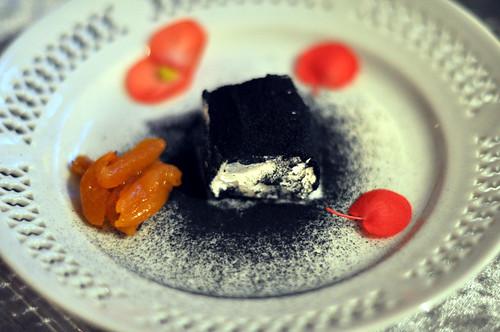 Gedeost med krydderurteaske og syltede abrikoser med havtorn
