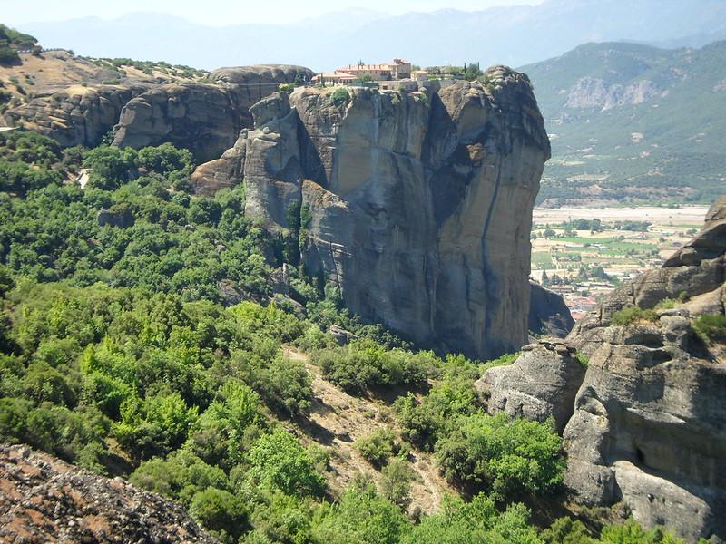 Vistas de los Monasterios de Meteora al borde de la montaña.