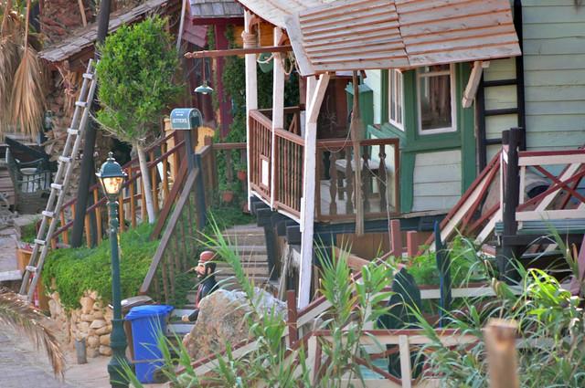 Casa de Brutus, justo a la entrada del pueblo, desde donde tiene acceso a la playa sweethaven village - 9394507630 0fcfb2c4c4 z - Sweethaven Village, el pequeño pueblo maltés donde vive Popeye