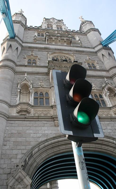 Le feu signalisation de Tower Bridge