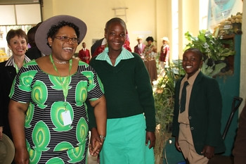 Republic of Zimbabwe Vice-President Joice Mujuru Mhofu with Primary School students in Harare for an agricultural fair. She urged youth to change mindset over farming. by Pan-African News Wire File Photos